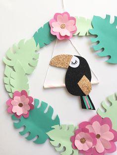 Aujourd'hui un DIY que j'avais hâte de vous montrer car je l'adore :) Je vous montre comment réaliser une jolie couronne en papier très tropicool! Avec un joli toucan, parce que l… Bird Paper Craft, Paper Flower Wall, Bird Crafts, Felt Crafts, Paper Flowers, Diy And Crafts, Toucan Craft, Cardboard Crafts, Paper Crafts