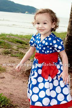 Vestido Galinha Pintadinha azul com bolinhas brancas e laço vermelho na cintura. http://www.eroupasdebebe.com/vestido-da-galinha-pintadinha