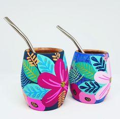 Pottery Painting Designs, Pottery Designs, Pottery Art, Ceramic Pottery, Bottle Painting, Bottle Art, Bottle Crafts, Painted Plant Pots, Painted Flower Pots