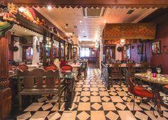 Интерьер фешенебельного Chor Bizarre Restaurant в Лондоне