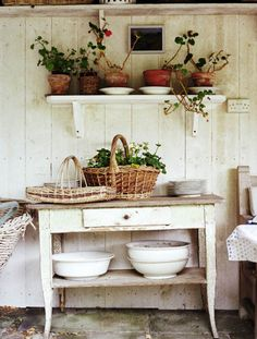New garden shed shabby chic potting tables 51 Ideas Comedor Office, Potting Tables, Vibeke Design, Diy Casa, Potting Sheds, Cottage Style, Wood Cottage, Consoles, Painted Furniture