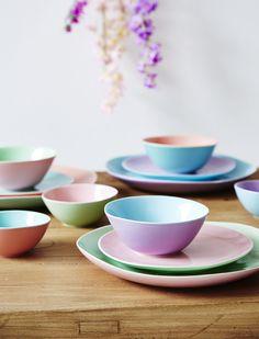 """Edles """"Two Tone"""" Geschirr bringt Farbe auf den Tisch. Die bunten Schälchen sind aus feiner Keramik gearbeitet, das ganze Geschirr lässt sich perfekt miteineinander kombinieren. Weitere schöne Produkte von RICE zum Thema RICE finden Sie hier. Stöbern Sie in unserer Kategorie Marken und lassen Sie sich inspirieren."""
