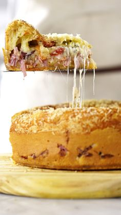 Recipe with video instructions: Fans of meat lover's pizzas should give this cheesy ham and bacon stuffed pie a shot. Tasty Videos, Food Videos, Brazilian Cheese Bread, Good Food, Yummy Food, Food Porn, Food And Drink, Cooking Recipes, Baking