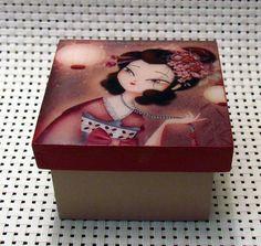 Caja decorativa en madera MDF con motivos de Gheishas y virgencitas, técnica del deucopage y acabado en resina. Tamaño 7x5x7x5x5. Ideal para regalos