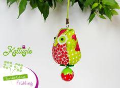 """Eule """"Hedwig"""" (nr. 041) – die zuckersüße Eule in den Farben Rot & Grün ist eine Kattugle-Sonderedition zum Thema """"Frühling"""" – mit einem hübschen Erdbeer-Glöckchen am Po. Ein besonderer Glücksbringer!"""