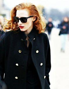 Entre chevelure rousse, lunettes noires et lipstick rouge passion, Jessica Chastain a tout bon !