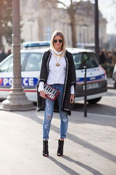 Street Style - Helena Bordon no desfile da Chanel em Paris com camisa branca + jeans destroyed
