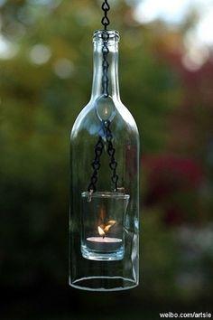 玻璃酒瓶也可以成为挂灯!诀窍在于在瓶颈放一个大小适合的挂钩,让酒瓶子能被毫不费力地挂起来