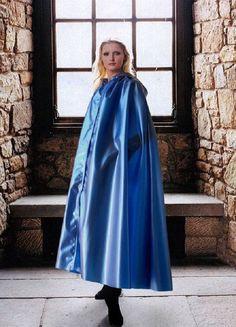 Blaues Satincape für besondere Anlässe