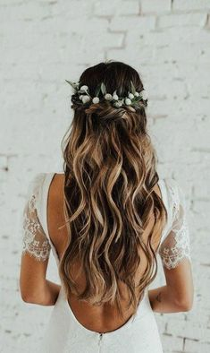 coiffure de mariage avec couronne de fleurs You are in the right place about wedding hairstyles half up half down casual Here we offer you Wedding Hair Down, Wedding Hair Flowers, Wedding Hairstyles For Long Hair, Wedding Hair And Makeup, Flowers In Hair, Wedding Updo, Wedding Bride, Bride Hair Down, Wedding Dresses