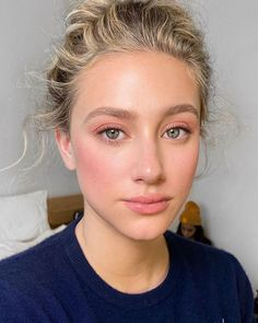 Actress Lili Reinhart looks amazing in monochromatic pink makeup. See the look - as created by makeup artist Patrick Ta - inside. #celebritybeauty #makeupideas Looks Halloween, Halloween Makeup, Halloween 2020, Scary Halloween, Beauty Make-up, Hair Beauty, Make Up Beauty, Beauty Hacks, Luxury Beauty