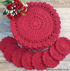 Kit with 06 Sousplat + 06 Crocus Cup Holder Measures: Sousplat: Po Crochet Kitchen, Crochet Home, Crochet Crafts, Fabric Crafts, Crochet Projects, Knit Crochet, Crochet Table Mat, Crochet Placemats, Crochet Doilies