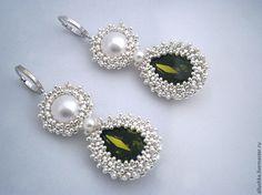 Bezeled using metallic seed beads. Diy bead jewellery making. Wire Jewelry Earrings, Long Tassel Earrings, Bead Jewellery, Seed Bead Jewelry, Seed Bead Earrings, Beaded Earrings, Earrings Handmade, Jewelery, Handmade Jewelry