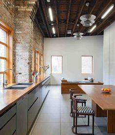 schmale-Küche-Ziegelwand-Wohnung-Einrichtung-große-Fenster.jpg 650×763 pixels