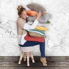 Maak het gezellig op deze koude dagen met BE-Okay!  Nieuwe #collectie ! 💜 Bekijk ons magazine op be-okay.be! 👈🏻 Young Living, Concept, Chair, Design, Furniture, Instagram, Home Decor, Decoration Home, Room Decor