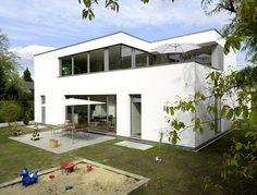 Für dieses Wohnhaus haben die Villen der zwanziger Jahre Pate gestanden. Kaum zu glauben, dass sich hinter der klassisch-modernen Putzfassade ein Holzhaus...