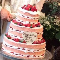 ピンクスポンジのウェディングケーキ。。。ロマンチック 切り分けても可愛い♡ #ウェディングケーキ #ネイキッドケーキ #日本中の花嫁さんと繋がりたい #日本中のプレ花嫁さんと繋がりたい