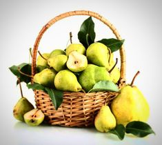Pears are a great and healthy source of water, fiber, vitamins and minerals. Why is it important to eat a pear a day? Vitamin A, Vitamins And Minerals, Natural Remedies, Pear, Beauty Hacks, Beauty Tips, Basket, Apple, Healthy