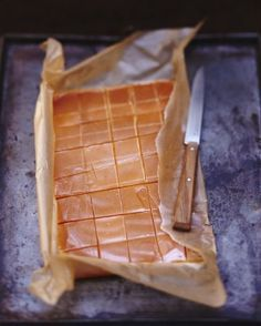 Salted Caramels Recipe: Heat the cream with the honey. Make a dry caramel with the sugar, i. Fudge, Caramel Recipes, Gourmet Gifts, Chocolates, Sweet Recipes, Sweet Treats, Food Porn, Food And Drink, Dessert Recipes