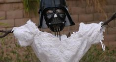Haha le con :)  Sa femme le quitte. Il se venge sur sa robe de mariée, et publie les photos du carnage sur son blog.