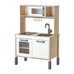 """IKEA - DUKTIG, Leikkikeittiö, , Kannustaa lasta roolileikkeihin. Lapset oppivat sosiaalisia taitoja matkimalla aikuisia ja keksimällä omia roolihahmojaan.Pikkukokkien ja -leipureiden unelmien täyttymys. Tässä minikeittiössä keittiöpuuhat onnistuvat ammattilaiskokkien tapaan.Kun virran laittaa päälle, keittolevyjen """"vastukset"""" hehkuvat aivan kuin oikeassa keittotasossa, mutta eivät kuumene.Kasvaa lapsen mukana. Jalat voidaan säätää kolmelle eri korkeudelle."""