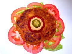 Hamburguesas veganas de plátano macho verde: Hoy les compartimos esta receta que se nos ocurrió de hamburguesas veganas que nos quedaron deliciosas. Estas hamburguesas de plátano macho son fáciles de preparar y muy económicas. La receta esta disponible en nuestro blog: www.veganlatino.com #hamburguesa #platano #platanomachoverde #ricas #economicas #facilesdepreparar #receta #vegana #vegan #veganlatino
