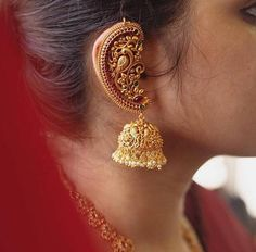 Bridal earcuff earrings with kemp stones and pearls, indian temple jewelry, sabyasachi jewelry, wedding jewelry, bridal jhumka Gold Jhumka Earrings, Jewelry Design Earrings, Gold Earrings Designs, Antique Earrings, Jhumka Designs, Designer Earrings, Necklace Designs, Pierced Earrings, Antique Jewellery Designs