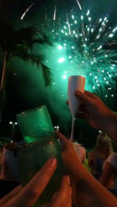 Brinde as novas 365 oportunidades! Alcoholic Drinks, Wine, Glass, Favors, Drinkware, Corning Glass, Liquor Drinks, Alcoholic Beverages, Liquor