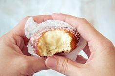 Bombas de Crema Pastelera ¡Un postre que recuerda que lo mejor siempre se esconde en el interior! Mexican Food Recipes, Sweet Recipes, Cake Recipes, Churros, Venezuelan Food, Sweet Cooking, Baked Donuts, Doughnuts, Finger Food Appetizers