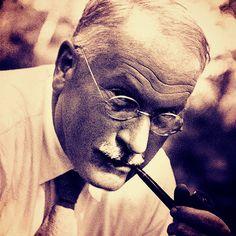 Carl Gustav Jung (1875 – 19610) psiquiatra e escritor suiço, rompeu com o mestre, Sigmund Freud, em 1913. Discordava da excessiva importância que Freud dava aos aspectos sexuais em sua anális…