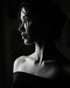 Studio Portrait Photography, Foto Portrait, Dark Portrait, Photographie Portrait Inspiration, Photography Poses Women, Studio Portraits, Artistic Photography, Female Portrait, Boudoir Photography