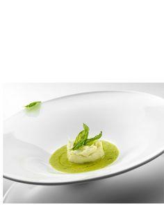 Brandade  di stoccafisso con zuppetta di pomodoro verde e basilico  Ingredienti per 4 persone 400g stoccafisso bagnato 1 L latte  1 porro, 1 gamba sedano, 1 carota, 1 cipolla 1 mazzo prezzemolo 4 spicchi aglio 2 patate medie ½ L olio extravergine ligure 1 limone 4 pomodori verdi 1 mazzetto basilico Panna Cotta, Aglio, Fish, Pane, Chef, Tableware, Ethnic Recipes, Food Ideas, Beautiful