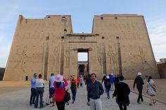EL templo de Efu  la fachada del templo de Edfu #visita_del_templo_de_edfu #excursiones_desde_luxor #visitas_y_excursiones_desde_luxor_tours-en_Egipto