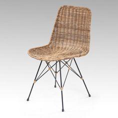 Choisir une chaise pour son salon ou sa salle à manger est un véritable casse-tête. Par exemple combien faut t&#39 il prévoir dechaise ?    Cela dépend de la forme de la table : pour une table ronde, il faudra prévoir quatrechaises alors que pour une table rectangulaire entre six et huit.    Ou encore quel revêtement choisir ? Le textile et le cuir sont indéniablement les plus confortables mais aussi les plus fragiles. Il est plutôt préférable d&#39 opter pour du bois ou du métal.  ...