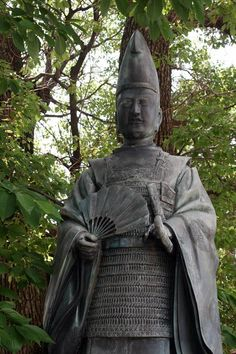 This is a statue of Kitabatake Akiie which stands at Abeno shrine in Osaka city. Kitabatake Akiie (1318-1338) was a samurai warlord at the end of the Kamakura period to the Nanbokucho period.    Akiie had been put in charge of defending the eastern territories by order of the administration of Emperor Go-daigo after the fall of the Kamakura shogunate.