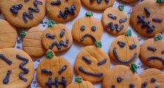 Sütőtök keksz - Sütemény gyerekeknek Cookies, Halloween, Food, Crack Crackers, Biscuits, Cookie Recipes, Meals, Halloween Stuff, Cake