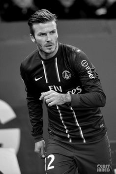 Full Sized Photo of david beckham shirtless soccer match 10 David Beckham Psg, David Beckham Shirtless, David Beckham Style, Soccer Stars, Football Soccer, Football Fever, Fifa, Beckham Football, Paris Saint Germain Fc
