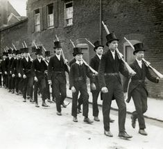 The Great War. First World War, mobilization, declaration of war: pupils of Eton college exercising in suit and high hat, rifle over the shoulder. England, 1915.