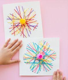 activité manuelle primaire, fleurs en fils multicolores croisés, pompon au milieu, idée pour occuper les enfants, bricolage printemps
