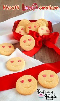 I biscotti LOVE emoticon sono dei frollini semplicissimi da preparare, alla portata anche di chi è alle prime armi con la cucina. Da preparare e regalare...magari confezionati con un grazioso fiocchetto rosso!