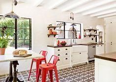 Aplicar vermelho em uma parede, somente no piso, ou em detalhes de tecido e objetos em conjunto com cores neutras pode compor um ambiente lindo e agradável.