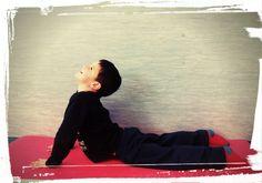 Bhujangasana   POSTURA DE LA COBRA    Cómo hacerla:     Para realizar esta postura estírate en el suelo boca abajo con los pies muy junt...