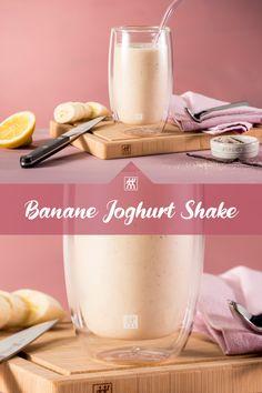 Das Rezept für diesen fruchtigen Bananen-Joghurt-Shake bietet die ideale Erfrischung an heißen Sommertagen. In nur  5 Minuten kann der Shake mithilfe des ENFINIGY Standmixers zubereitet werden. #mixer #bananenshake #shake #bourbonvanille #zitronensaft #smoothie #rezept Smoothie Mixer, Panna Cotta, Smoothies, Sky, Drinks, Ethnic Recipes, Food, Yogurt Recipes, Smoothie
