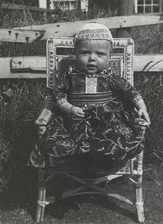 Jongetje onder de 5 jaar in Marker streekdracht. Hij is als jongen ondermeer herkenbaar aan zijn gebloemde schort en de witte strook in zijn borstlap. 1943 #NoordHolland #Marken