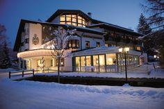 Biohotel Leutascherhof Aussenansicht Winter Austria, Mansions, House Styles, Home Decor, Winter, Romantic Vacations, Happy Holidays, Ski Trips, Family Vacations