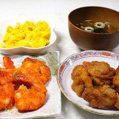 大好きなエビ料理。早く食べたくて仕方がない。並べてパチリ。 もっとエビを取って、アップの方が良かった。でも食べるのが先の時もあります。 後でしまった。 - 156件のもぐもぐ - エビのある日は並べてパチリ エビチリ 唐揚げ 美味しんですね カボチャのサラダ お吸い物 by hiroshikimDeU