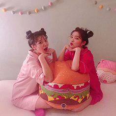 Red Velvet - Yeri and Irene! ♥️ That hamburger though and their hair is so cute I love the buns Seulgi, Kpop Girl Groups, Korean Girl Groups, Kpop Girls, J Pop, Park Sooyoung, Kim Yerim, Red Velvet Irene, Peek A Boos