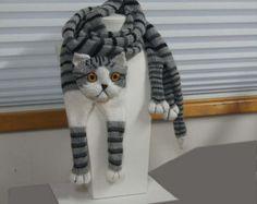 schöne weiche und warme Schal. Strick aus reiner Wolle sehr angenehm für die Haut Wer Liebe Katze perfekt Ich kann stricken Spezial für Sie Farbe Garn Größe Nachricht senden mir über Ihre Wünsche, auch wenn du magst kann ich Kopie der Ihre Katze  Lange Hand stricken Schal 60 Zoll mit Bein und 6 Zoll breit Körper-Katze Stricken als Rohr. Dieser Schal ist nicht für den Versand bereit, lassen Sie mich 2-3 Tage stricken    Echte Farben können leicht von ihrer Darstellung auf Ihrem Bildschirm…