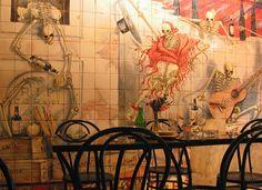 Bar Los Gabrieles.Madrid. :calle Echegaray, 17. Unos impresionantes azulejos pintados por Enrique Guijo cubren las paredes de esta taberna-museo
