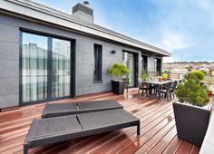 Na velkorysý obytný prostor navazuje střešní terasa